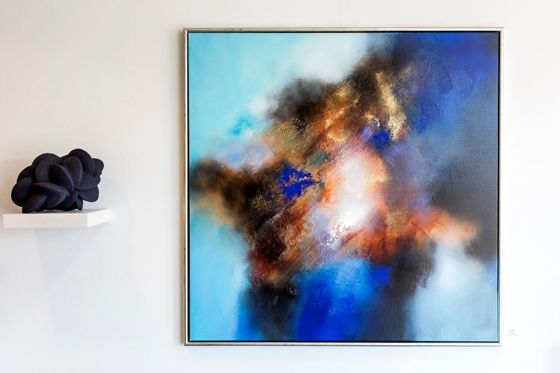 Blauw abstract schilderij met sculptuur