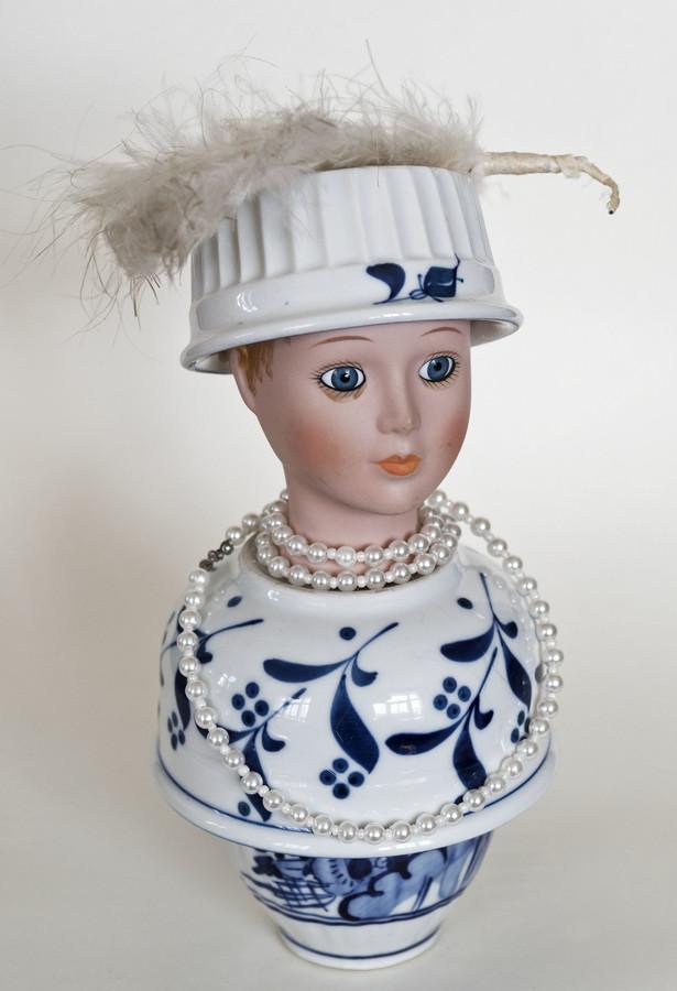 Kunst: Bleu girl with white feather van kunstenaar Frida Badoux