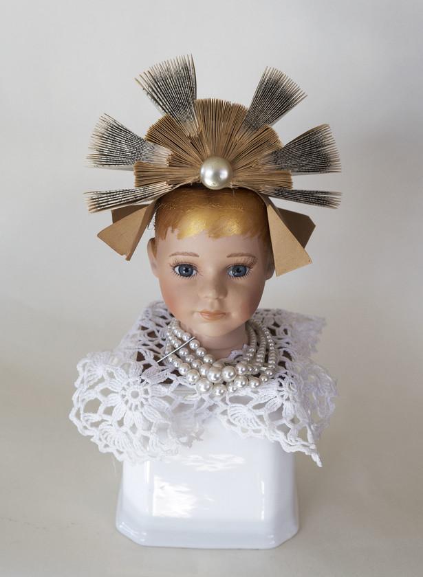 Kunst: Dutch girl with lace and pearls van kunstenaar Frida Badoux