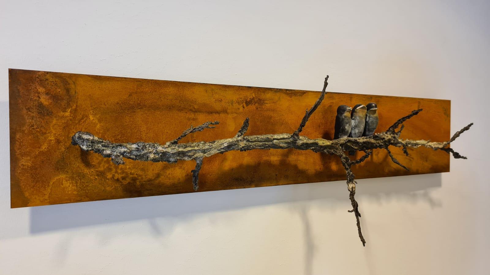 Kunst: Jonge zwaluwen op ambertak van kunstenaar Chris Gadiot