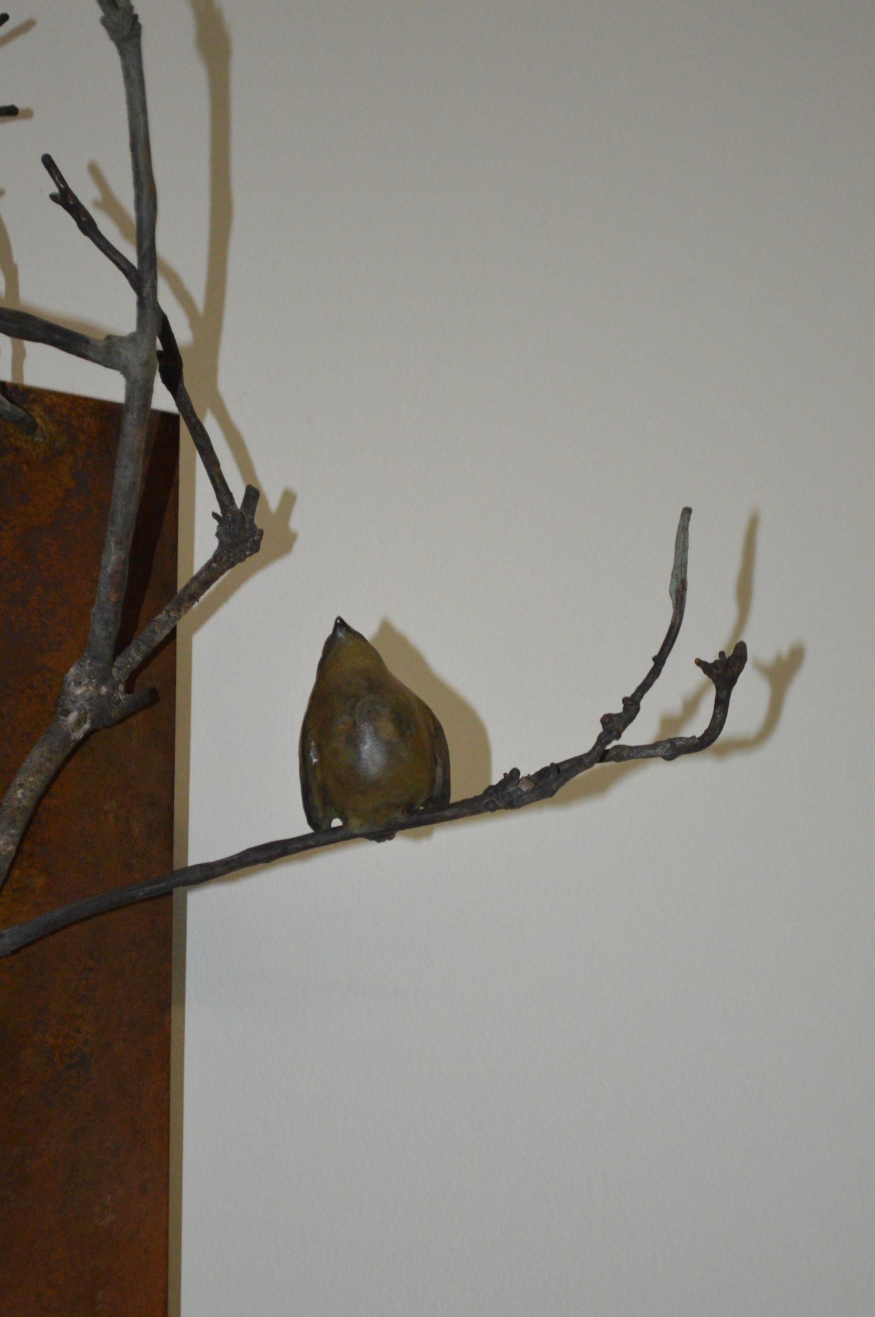 Kunst: Cortenstaal plaat / winterkoning op tak van kunstenaar Chris Gadiot