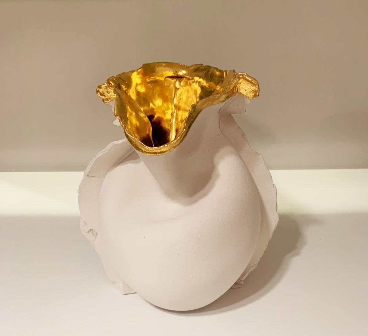 Kunst: Melting Vase (white, gold) van kunstenaar Mo Cornelisse