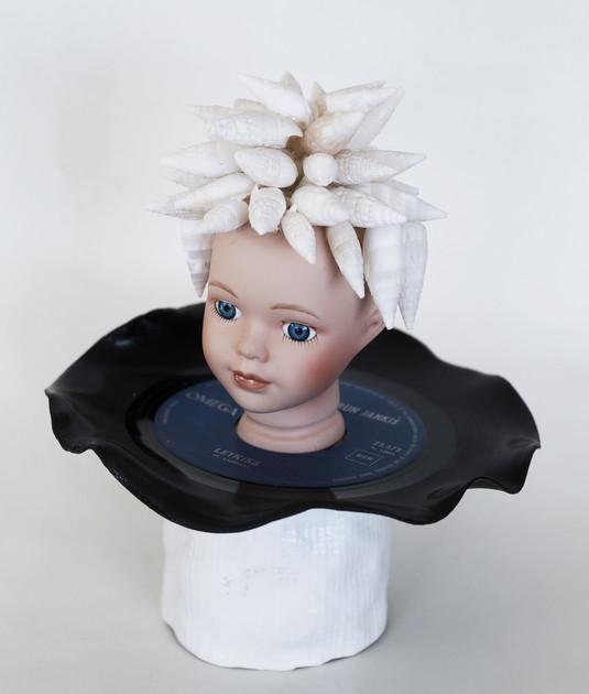 Kunst: Disc with shells van kunstenaar Frida Badoux