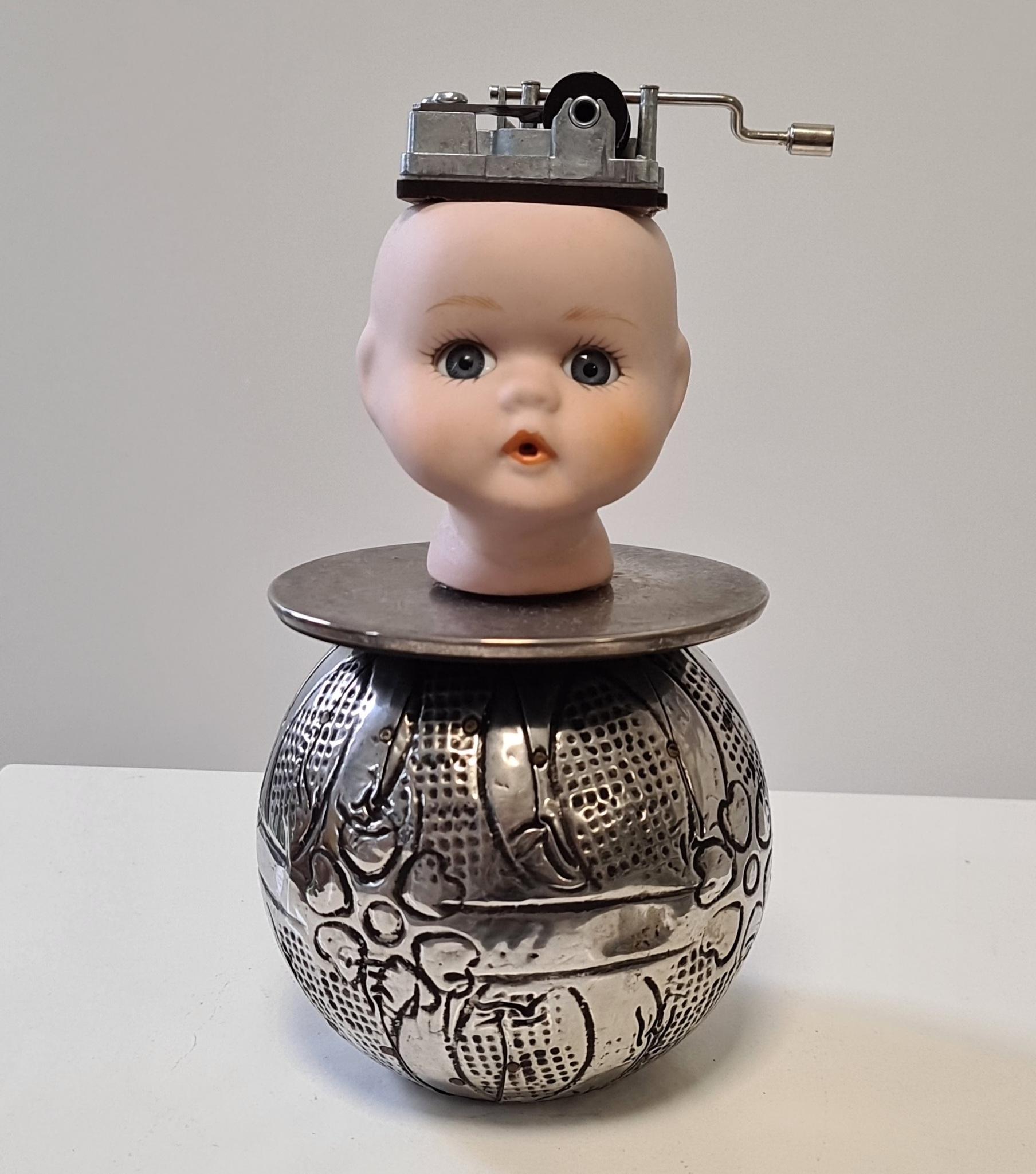 Kunst: Music box doll van kunstenaar Frida Badoux