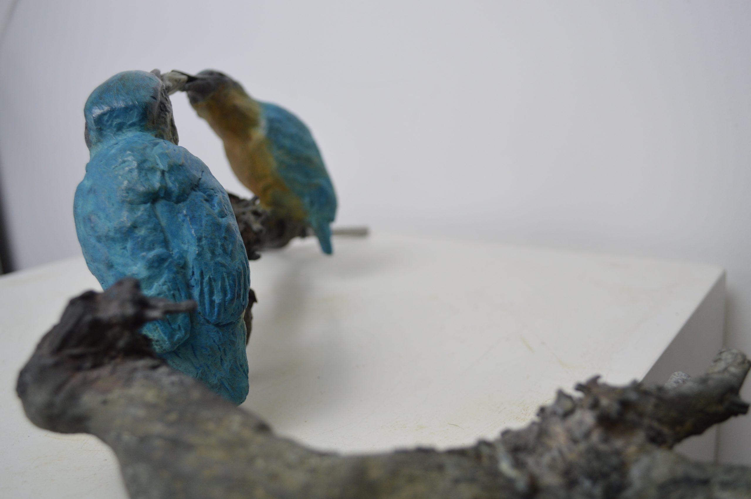 Kunst: 2Voerende ijsvogels op tak van kunstenaar Chris Gadiot