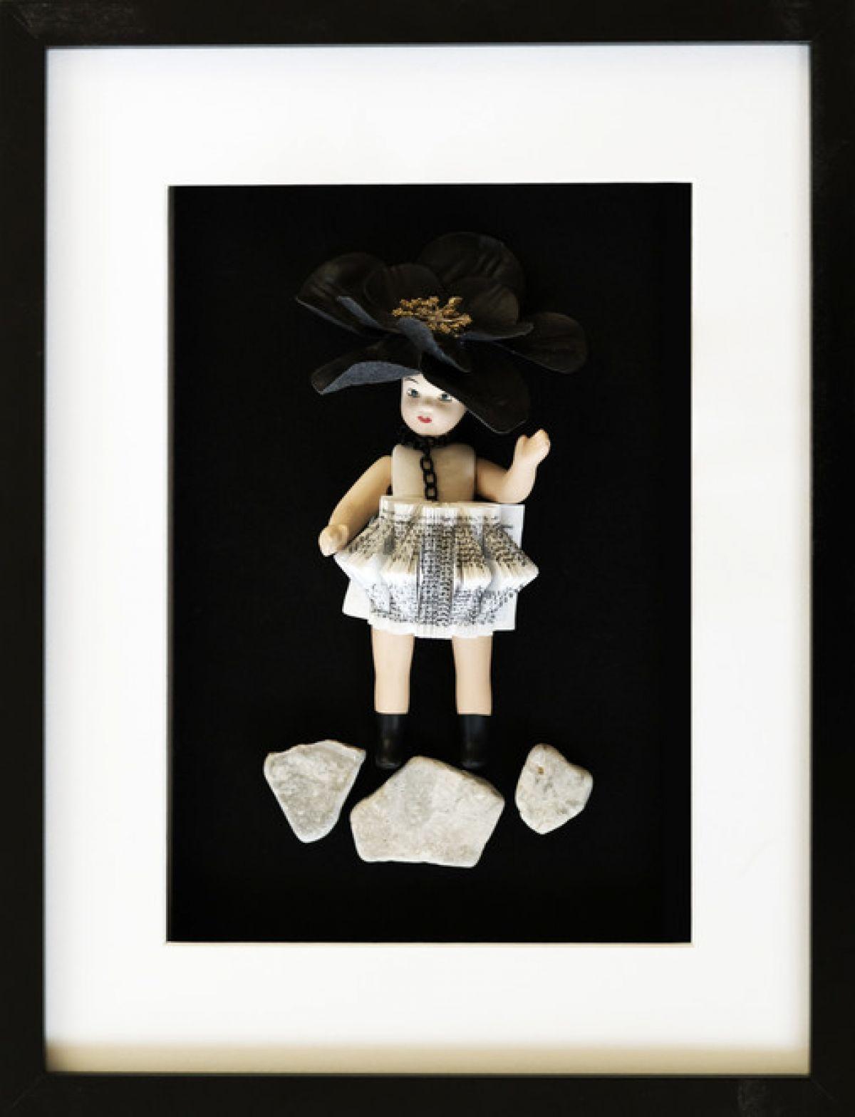 Kunst: FRAMED DOLL BOOK DRESS van kunstenaar Frida Badoux