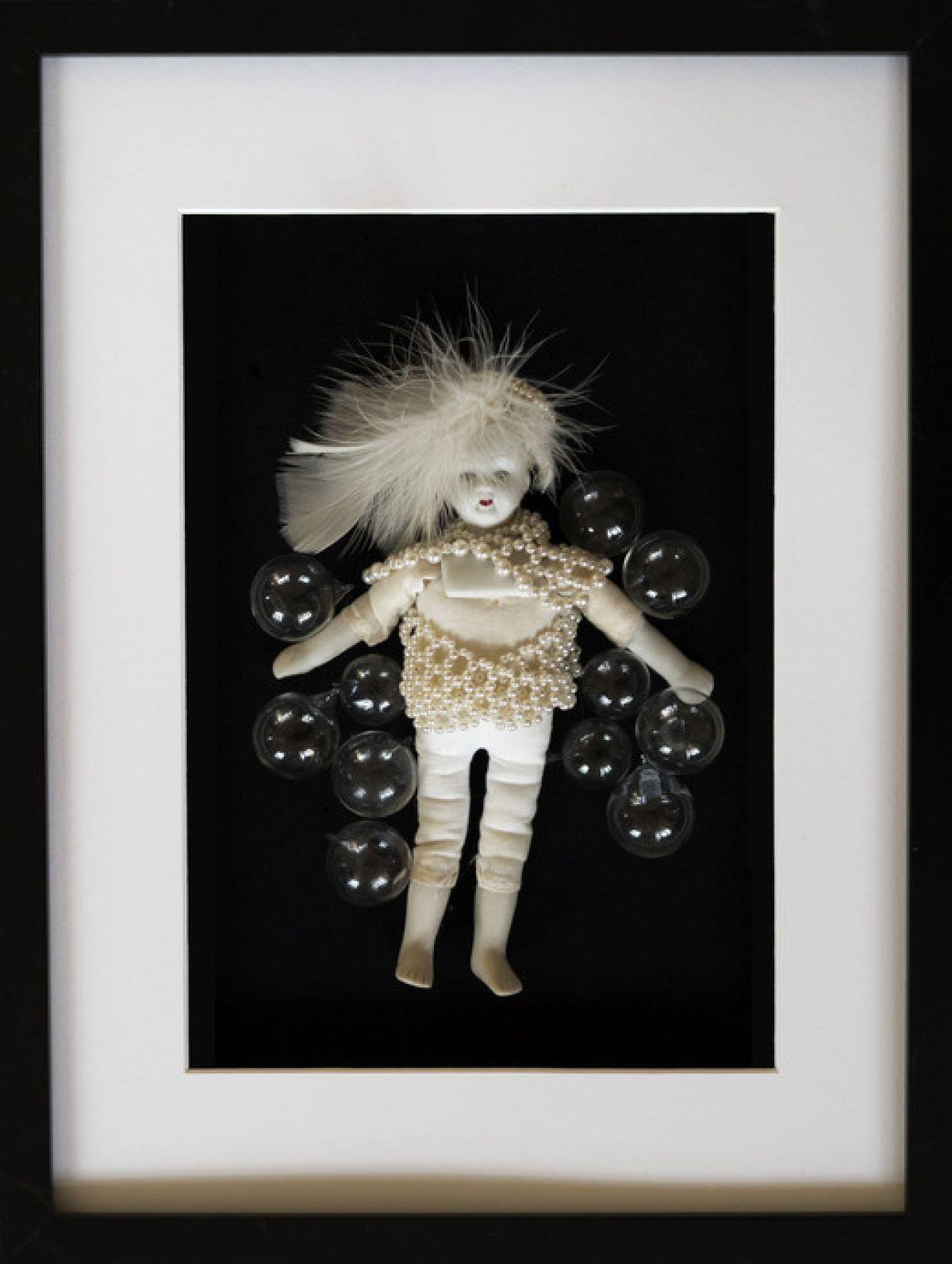 Kunst: FRAMED DOLL WATERBUBBLES van kunstenaar Frida Badoux