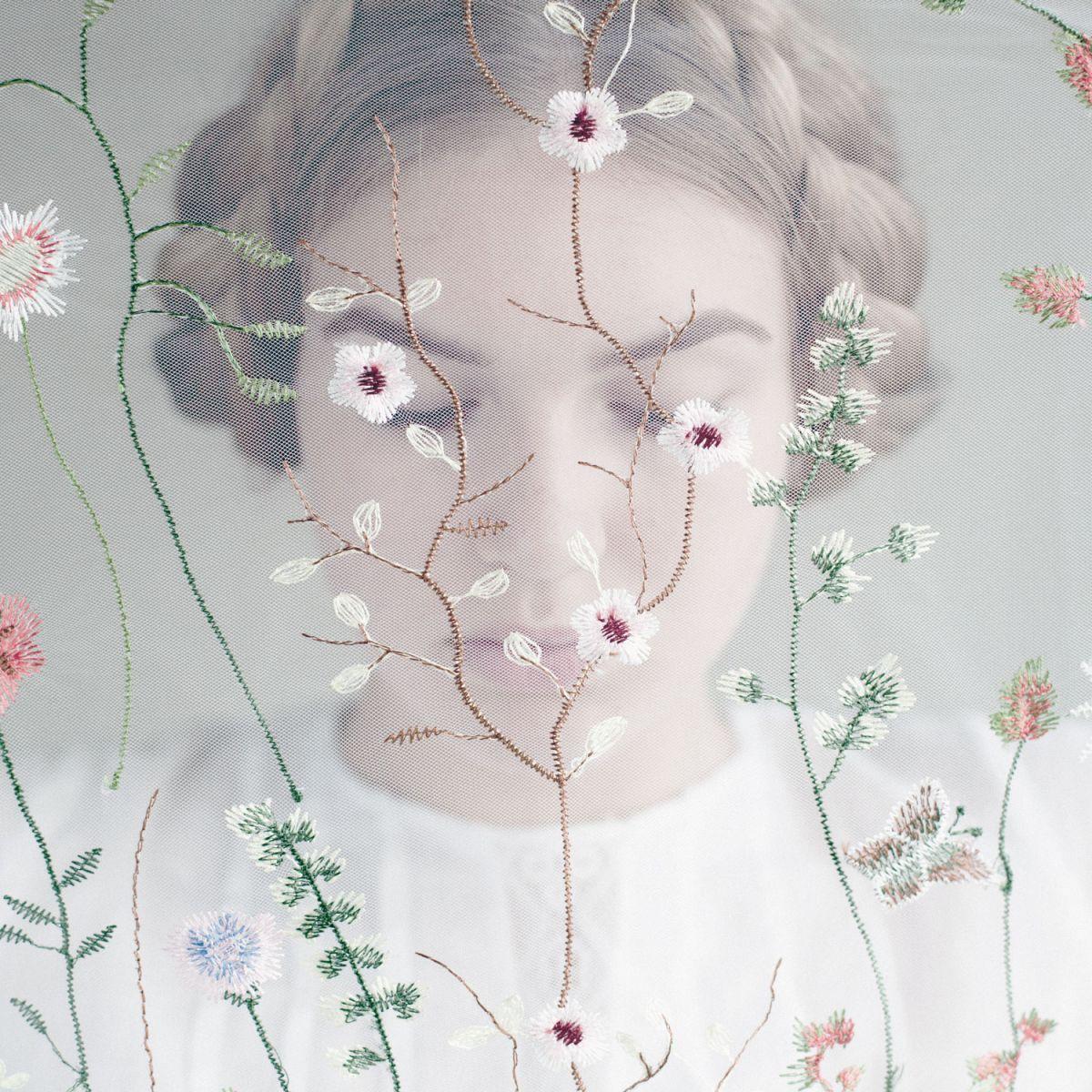 Kunst: girl with the veil van kunstenaar Tanneke Peetoom
