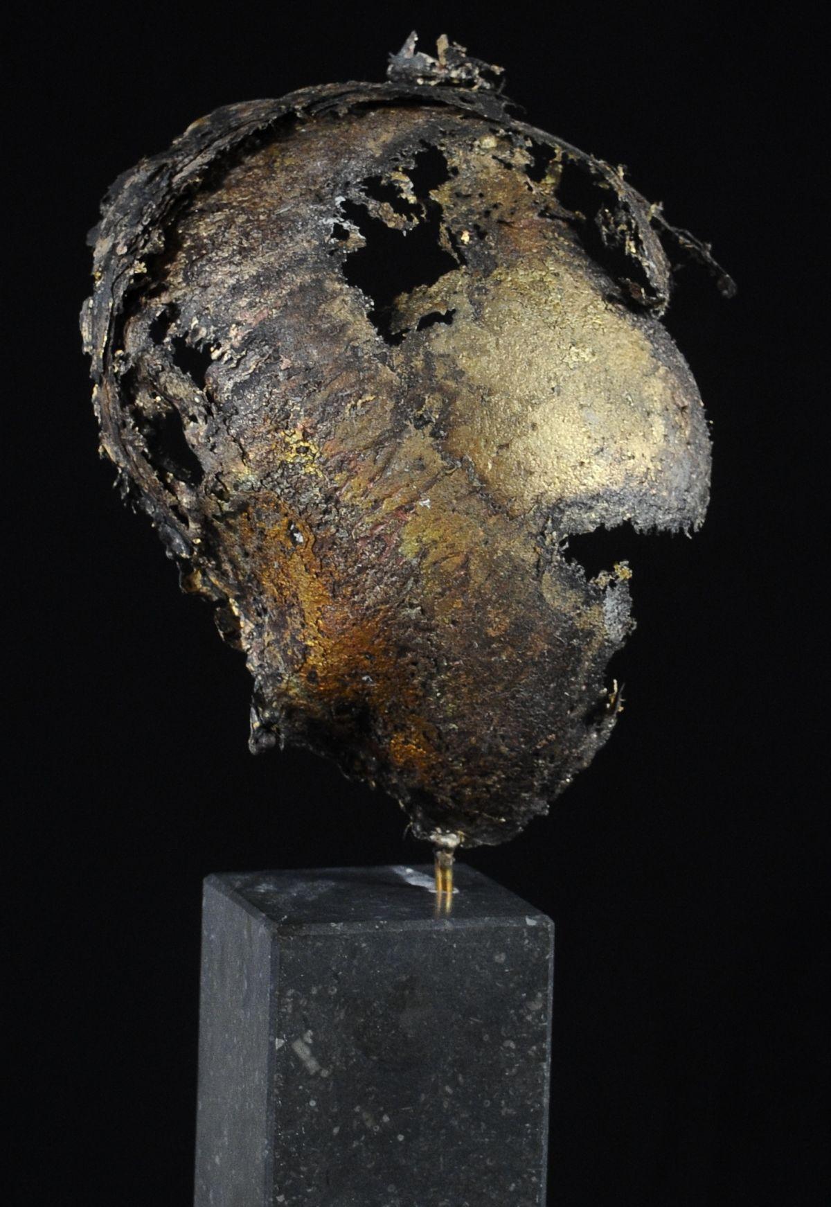 Kunst: Helmet 2 van kunstenaar Angelique Cremers