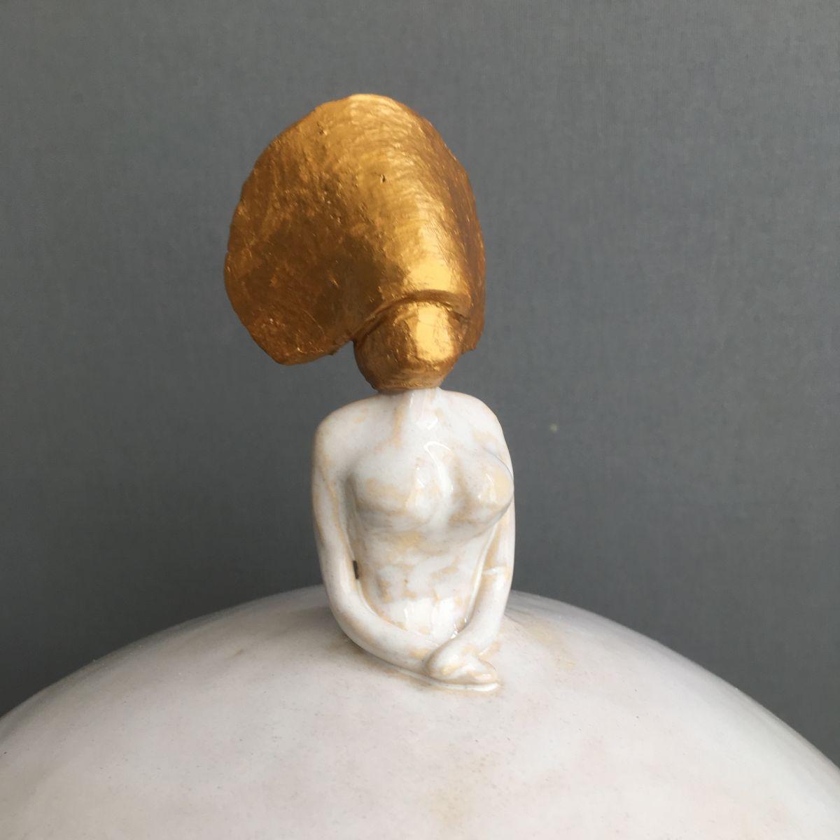 Kunst: Koningsvrouw (light gold) van kunstenaar Jolanda Drukker Murray