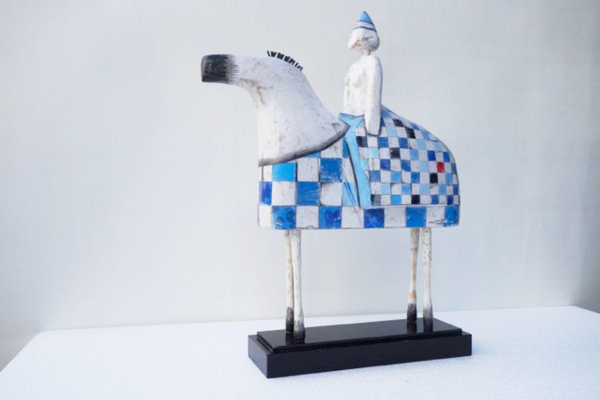 Kunst: Paard met vrouw met rok van kunstenaar Aad de Wit