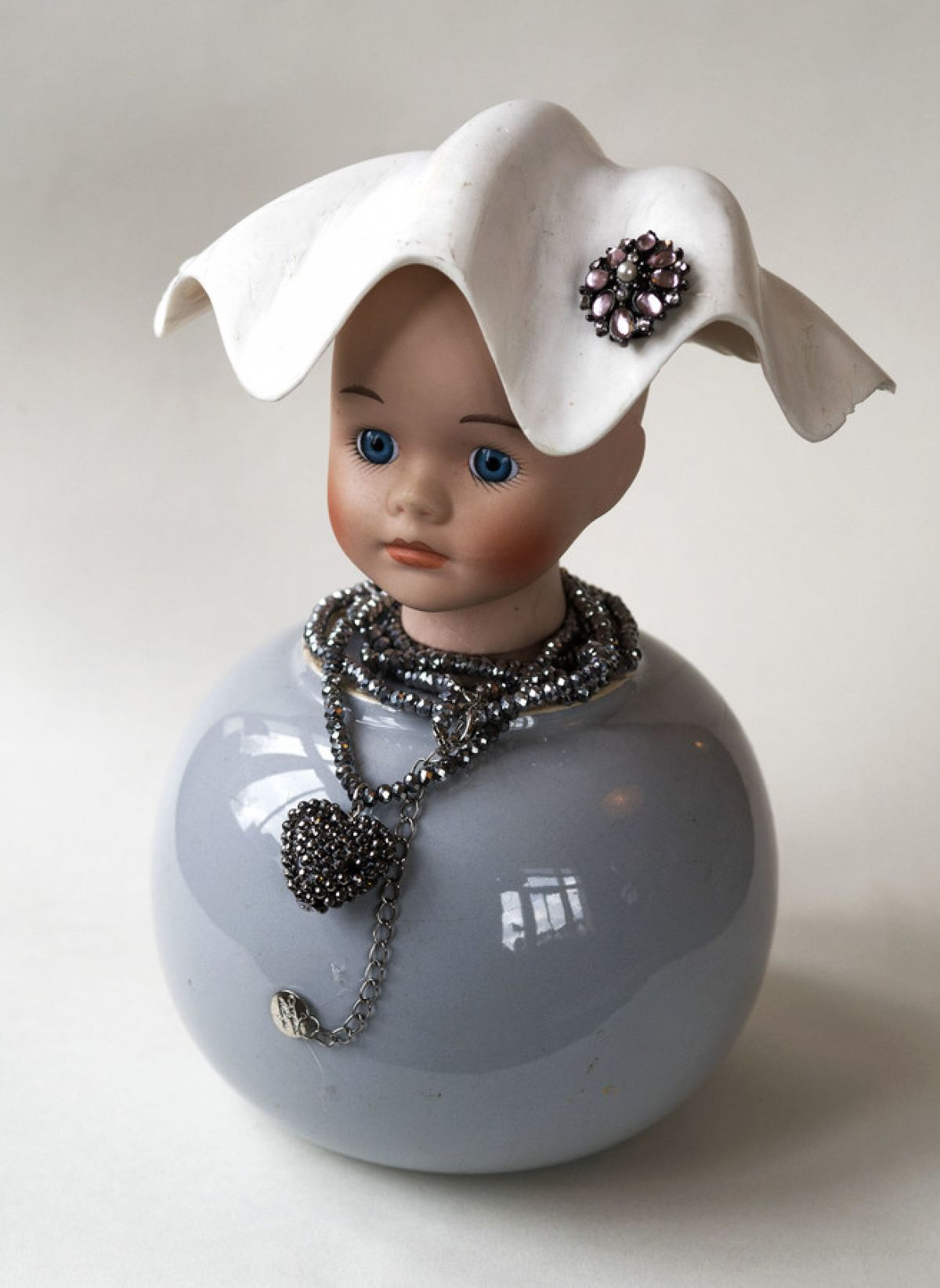 Kunst: Shell hat with brooch van kunstenaar Frida Badoux
