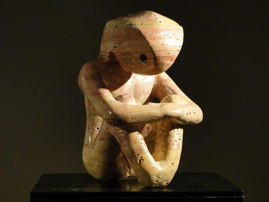 Kunst: Sitting Creature van kunstenaar Bert Verboon