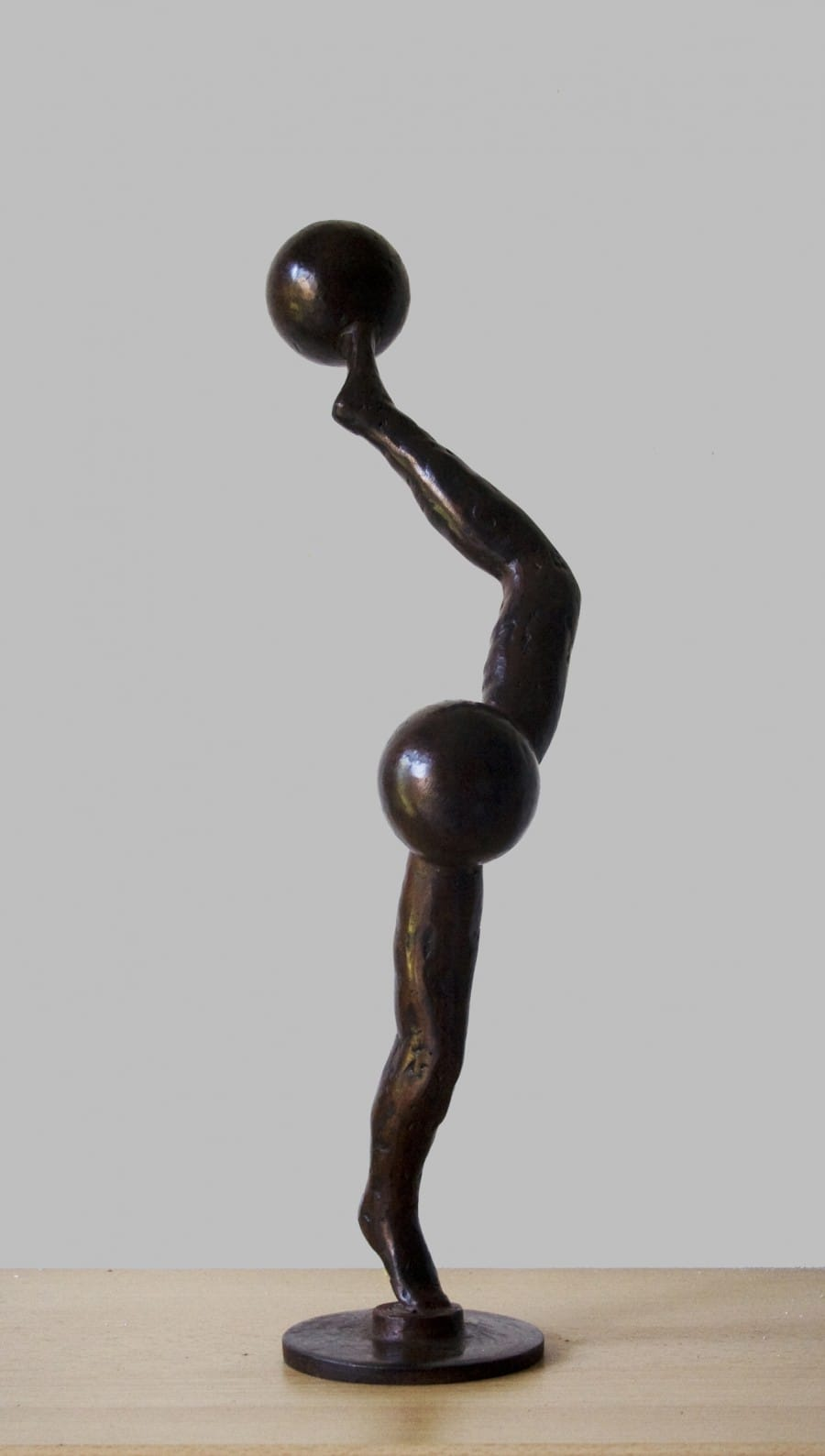 Kunst: Twee benen en twee bollen van kunstenaar Frans Muhren