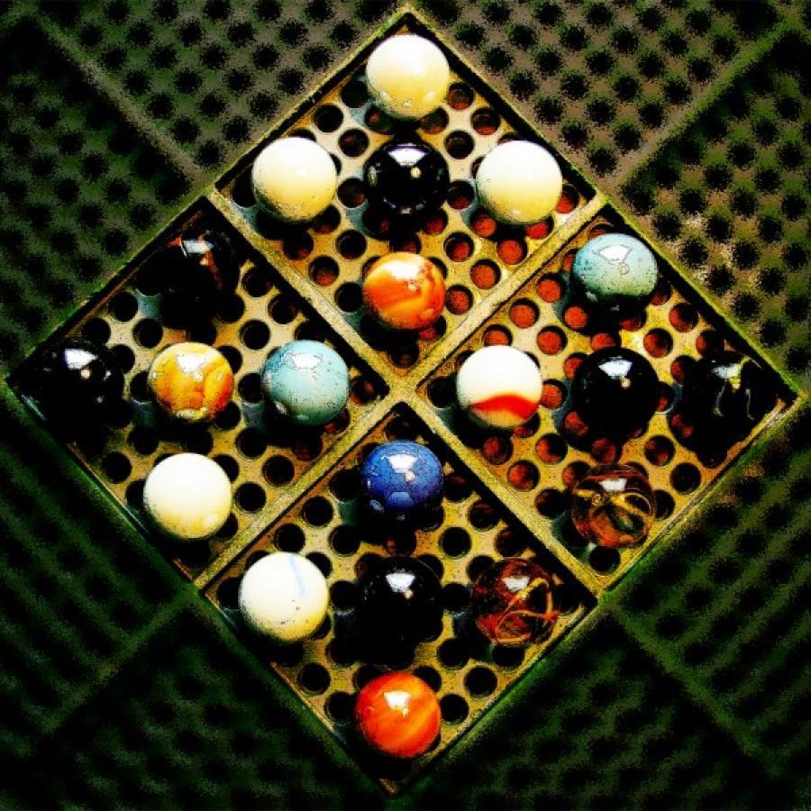 Kunst: Vierkante knikkers van kunstenaar Pimm van Mourik