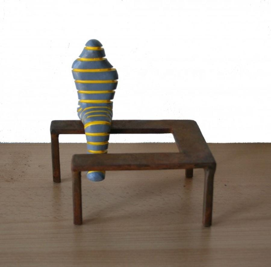 Kunst: Zittende mummie grijs-geel van kunstenaar Frans Muhren